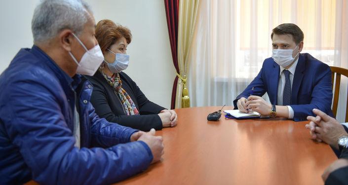 Первый вице-премьер-министр КР Артем Новиков встретился с медицинскими работниками, вышедшими на митинг к белому дому. 16 апреля 2021 года