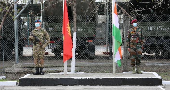 Солдаты кыргызского и индийского спецназа во время совместных учений Канжар VII в войсковой части № 10128 в Бишкеке. 16 апреля 2021 года