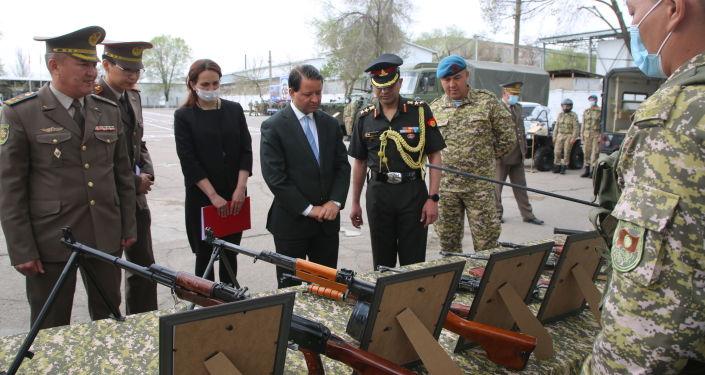 Посол Индии Алок Амитабх Димри на во время совместных учений кыргызского и индийского спецназа Канжар VII в войсковой части № 10128 в Бишкеке. 16 апреля 2021 года