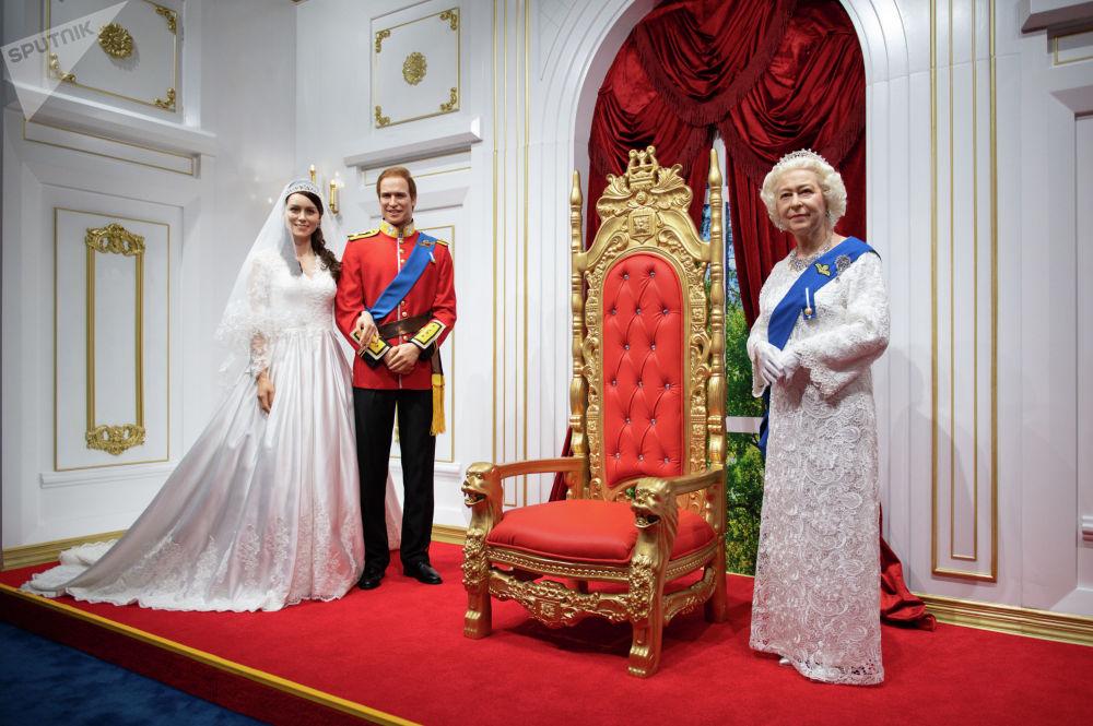 Фигуры британской королевы Елизаветы II, ее внука принца Уильяма и его супруги герцогини Кэтрин
