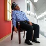 Это фигура не какого-то конкретного человека, а просто спящего полицейского