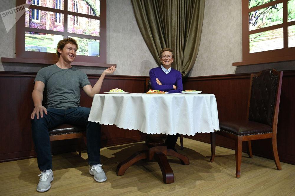 Фигуры создателя соцсети Facebook Марка Цукерберга (слева) и основателя корпорации Microsoft Билла Гейтса