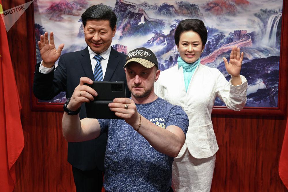 Восковые фигуры председателя КНР Си Цзиньпина и его супруги Пэн Лиюань