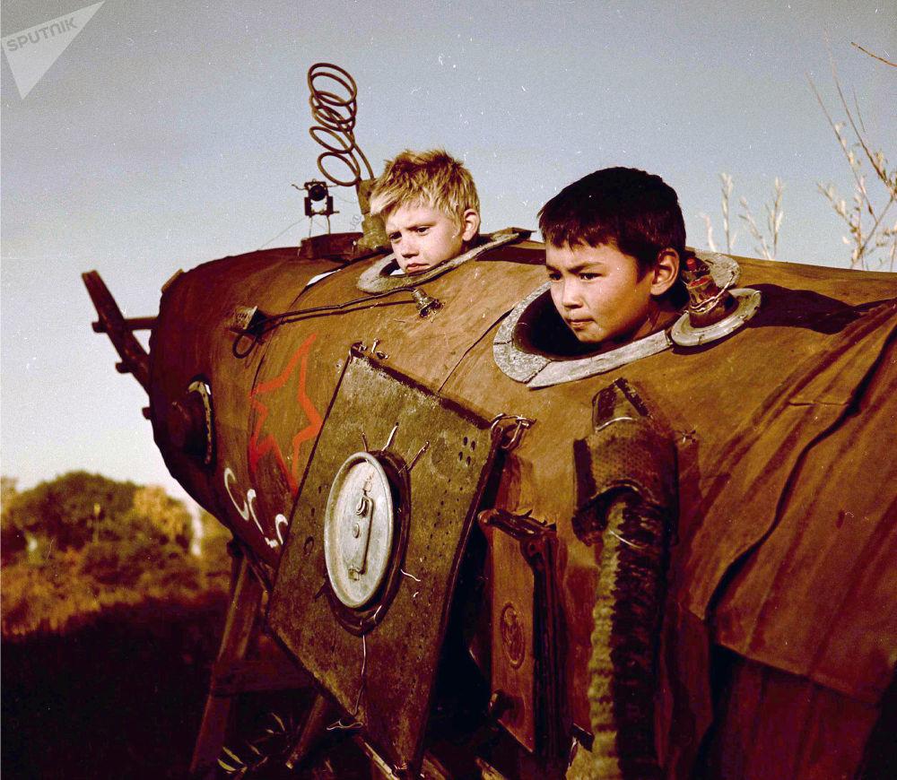Гагарин космосту багындыргандан кийин Кыргыз ССРинин көптөгөн айылдарында ушундай учуучу аппараттар курулган