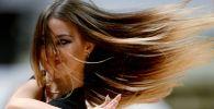 Девушка с развевающимися волосами. Архивное фото