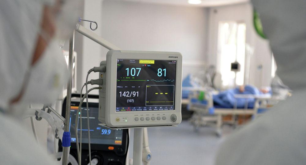 Врачи наблюдают за показаниями медицинских оборудований в Республиканской клинической инфекционной больнице в Бишкеке