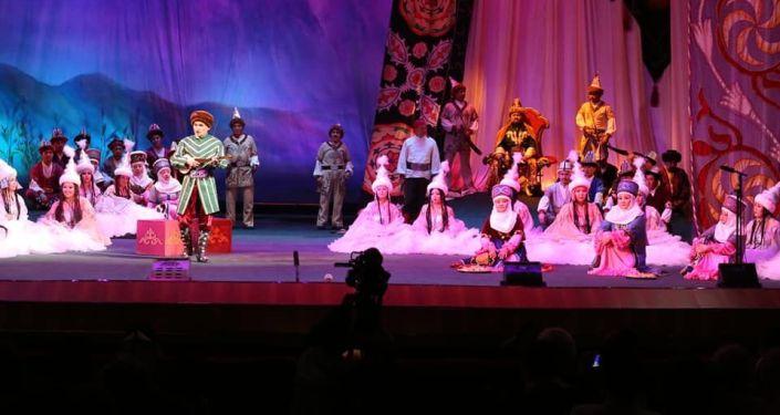 Артисты на сцене Кыргызского национального академического театра оперы и балета им. Малдыбаева во время постановки оперы Ак Моор