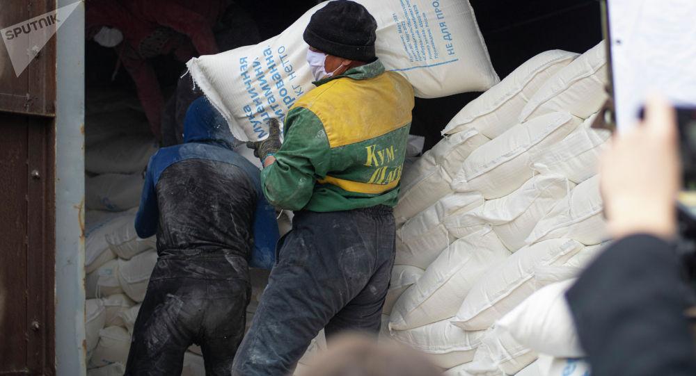Рабочие разгружают муку в Бишкеке. Архивное фото