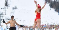 Участники массового спуска в купальниках в рамках фестиваля GrelkaFest на горнолыжном курорте в поселке Шерегеш Кемеровской области ( Россия)