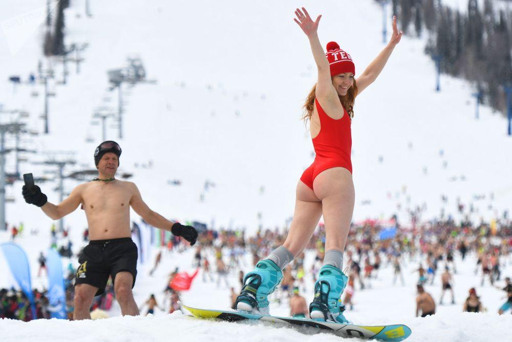 Россиянын Кемерово облусунун Шерегеш аймагындагы тоо-лыжа курортунда өткөн GrelkaFest фестивалынын алкагында купальникчендердин массалык жарышына катышкан кыз