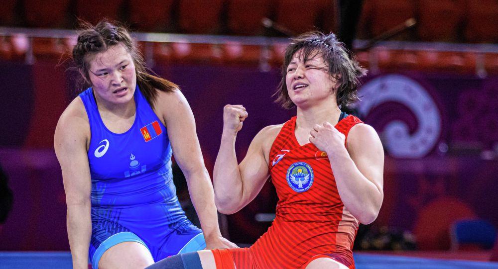 Чемпионка Азии по женской борьбе Мээрим Жуманазарова после победы над спортсменкой из Монголии на Чемпионате Азии по борьбе в Алматы