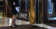 Уборщица убирается в холе. Архивное фото