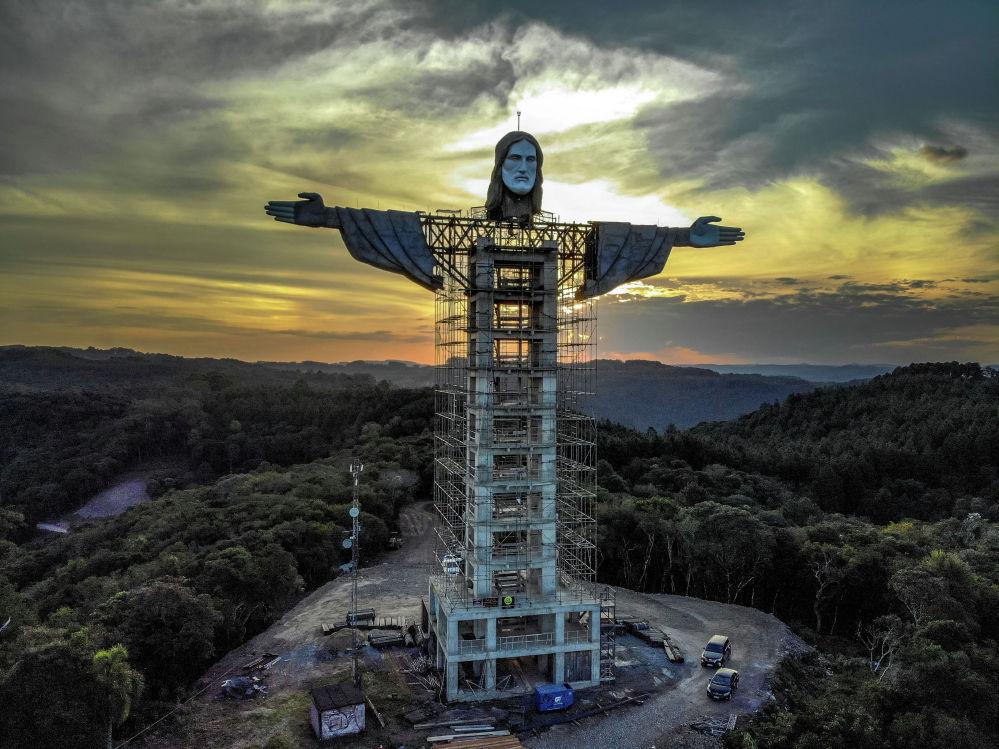 Бразилиянын Энкантадо шаарында Иисустун айкелин тургузуп жатышат. 43 метрлик Христос-Куткаруучу Рио-де-Жанейродогу белгилүү Христостун айкелинен бир кыйла бийик болот