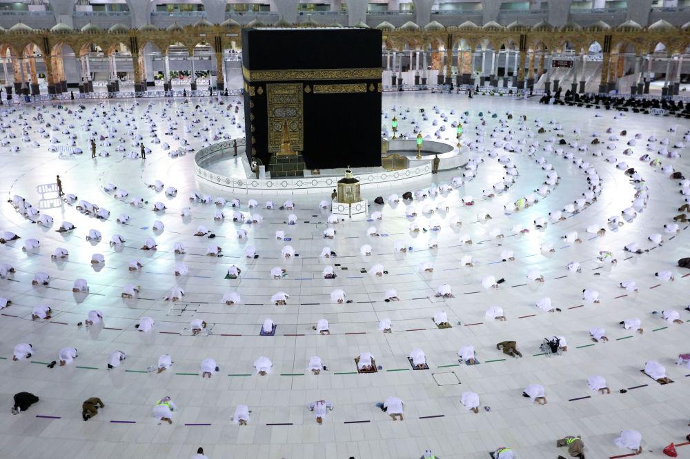 Рамазан айынын алгачкы күнүндө мусулмандар Меккедеги чоң мечитте кечки намазын окуп жатышат
