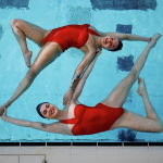 Көркөмдөп сүзүү боюнча Aquabatix командасынын спортчу кыздары Лондондо коронавирустук чектөөлөр жеңилдетилгенден кийин кайра ачылган ачык бассейнде машыгып жатышат