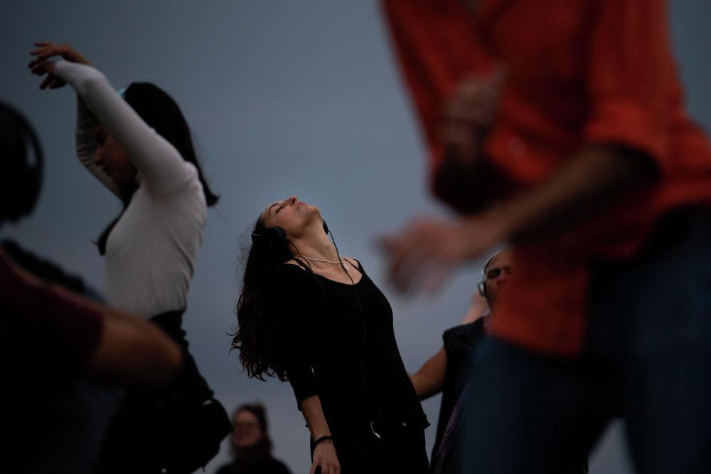 Барселонада (Испания) өткөн silent disco сеансына катышкан кыз бийлеп жатат. Тынч бий деген ат менен кеңири популярдуулукка ээ боло баштаган сеанста катышуучулар кулакчындарын тагынып алышып, социалдык аралыкты сактоо менен бийлешет