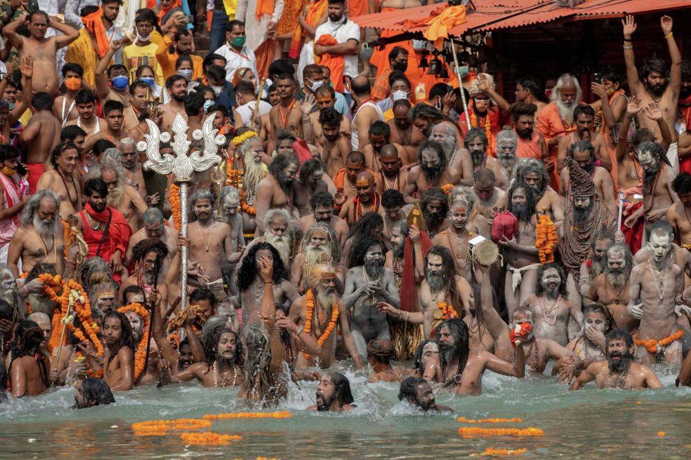 Индияда Кумбха Мела жөрөлгөсүндө адамдар Ганг дарыясына түшүп жатышат
