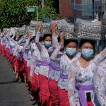 Индонезиянын Бали шаарында өткөн Галунган диний фестивалында кыздар чалынган курмандыктарды алып бара жатышат.