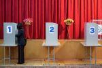 Женщина голосует на избирательном участке в Бишкеке во время выборов в местные кенеши. Архивное фото
