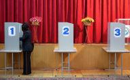 Женщина голосует на избирательном участке в Бишкеке. Архивное фото