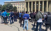 Бишкекте Абхазиядан алып келинген автоунаалардын ээлери нааразычылык акциясына чыгышты