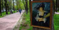 Бишкектин Эркиндик проспектинде иилип турган сүрөт. Архивдик сүрөт