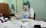Медик во время работы с документацией. Архивное фото