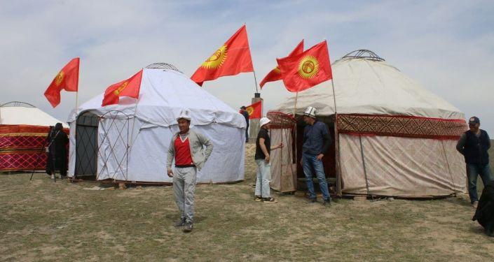 Жители Кара-Суйского района во время встречи с председателем ГКНБ Камчыбеком Ташиевым