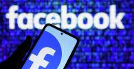 Приложение социальной сети Facebook в мобильном телефоне. Архивное фото