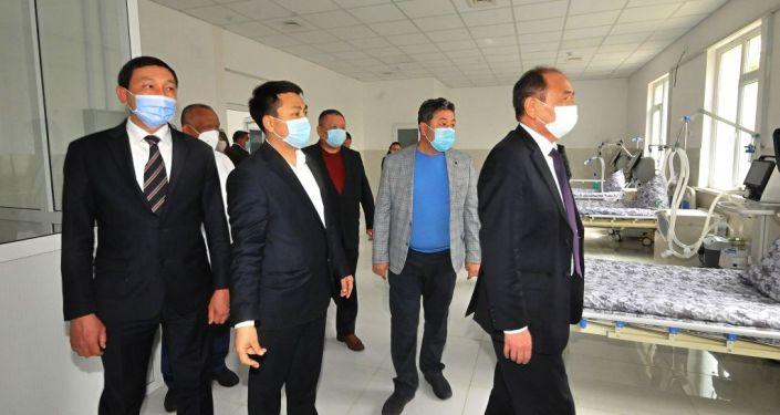 Министр здравоохранения Алымкадыр Бейшеналиев и руководители городской мэрии Оша осматривают новую детскую инфекционную больницу