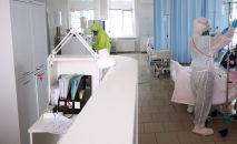 Медицинские работники в больничной палате. Архивное фото