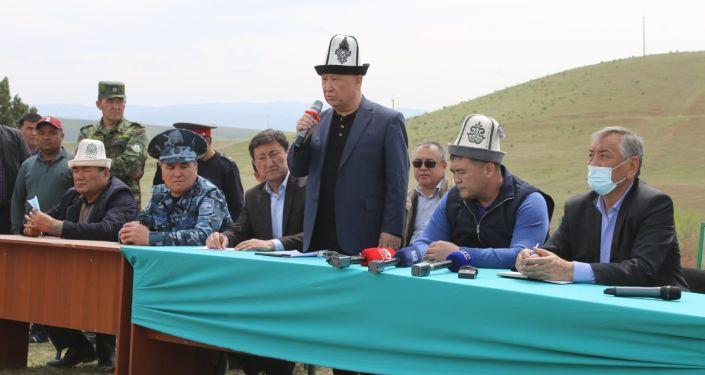 Председатель ГКНБ Камчыбек Ташиев во время встречи с жителями Кара-Сууйского района