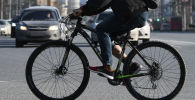 Велосипедист на дороге. Архивное фото
