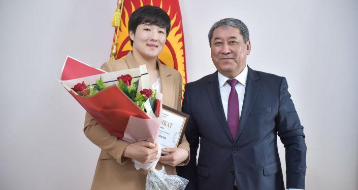 И. о. мэра Бишкека Бактыбек Кудайбергенов вручил 100 тысяч сомов Айпери Медет кызы, успешно выступившей на международных соревнованиях