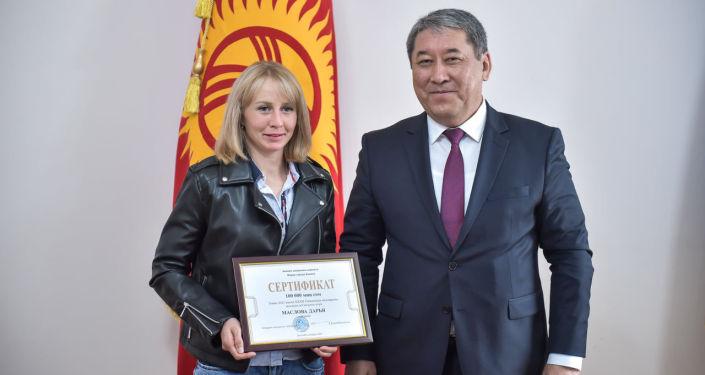 И. о. мэра Бишкека Бактыбек Кудайбергенов вручил 100 тысяч сомов Дарьей Масловой, успешно выступившей на международных соревнованиях