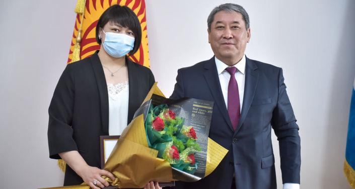 И. о. мэра Бишкека Бактыбек Кудайбергенов вручил 100 тысяч сомов Мээрим Жуманазаровой, успешно выступившей на международных соревнованиях