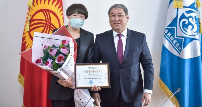 И. о. мэра Бишкека Бактыбек Кудайбергенов вручил 100 тысяч сомов Айсулуу Тыныбековой, успешно выступившей на международных соревнованиях