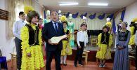 Сокулук музыкалык мектебинин окуучусу Адинай Жумакадырова комуз белекке алды