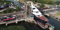 В Нидерландах огромная яхта высотой с пятиэтажный дом проплыла между двумя селами, шокировав местных жителей.