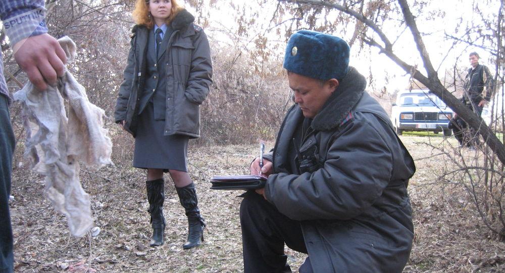 Сотрудники милиции на месте эксгумации тела убитого Ивана Чаповского в Бишкеке. 2008 год