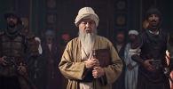 По сценарию ролика советник хана возмущается и требует объяснить почему мыслитель отвергает благородные арабский и персидский языки.