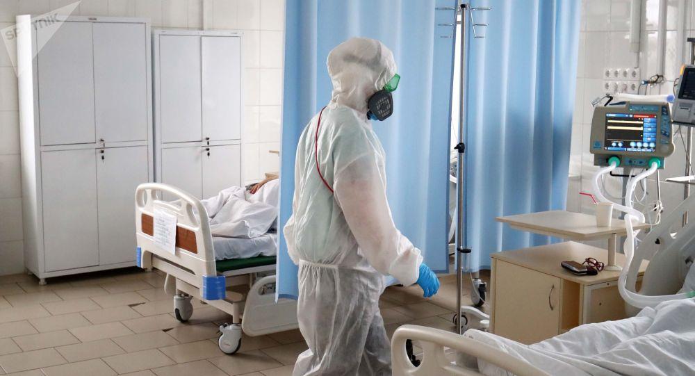 Медицинский работник в больничной палате. Архивное фото