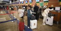 Пассажиры в аэропорту. Архивное фото