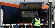 В Бишкекском аэропорту Манас разгружают самолет. Архивное фото
