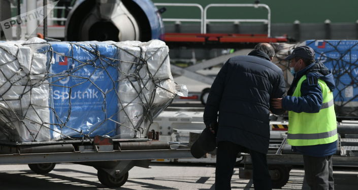 В бишкекском аэропорту Манас разгружают первую партию вакцины Спутник V