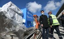 Россиялык Спутник V вакцинасы Манас аэропортунда түшүрүлүп жатат