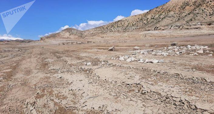 Обмелевший берег Токтогульского водохранилища в Джалал-Абадской области