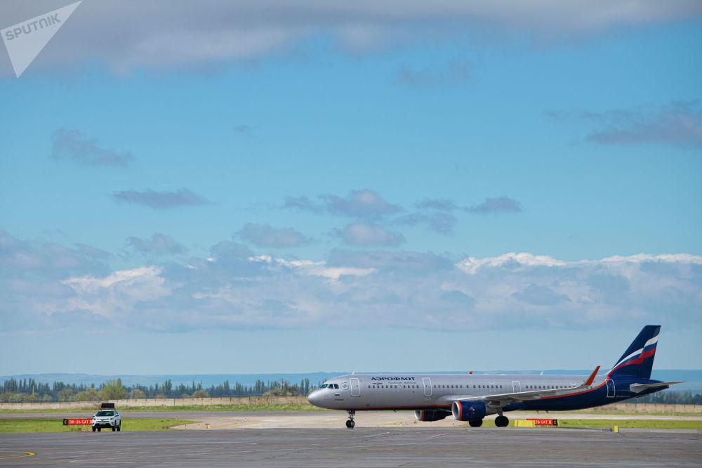 Самолет компании Аэрофлот на территории бишкекского аэропорта Манас во время церемонии передачи первой партии вакцины Спутник V
