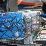 Сотрудники бишкекского аэропорта Манас разгружают первую партию вакцины Спутник V