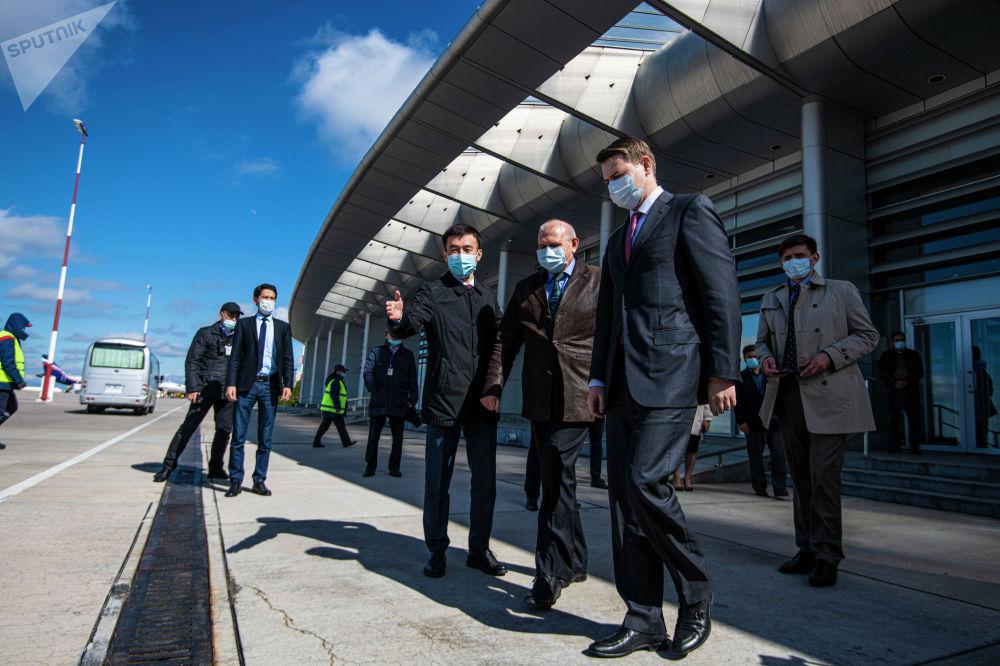 Посол РФ Николай Удовиченко и первый вице-премьер-министр КР Артем Новиков в бишкекском аэропорту Манас во время церемонии передачи первой партии вакцины Спутник V